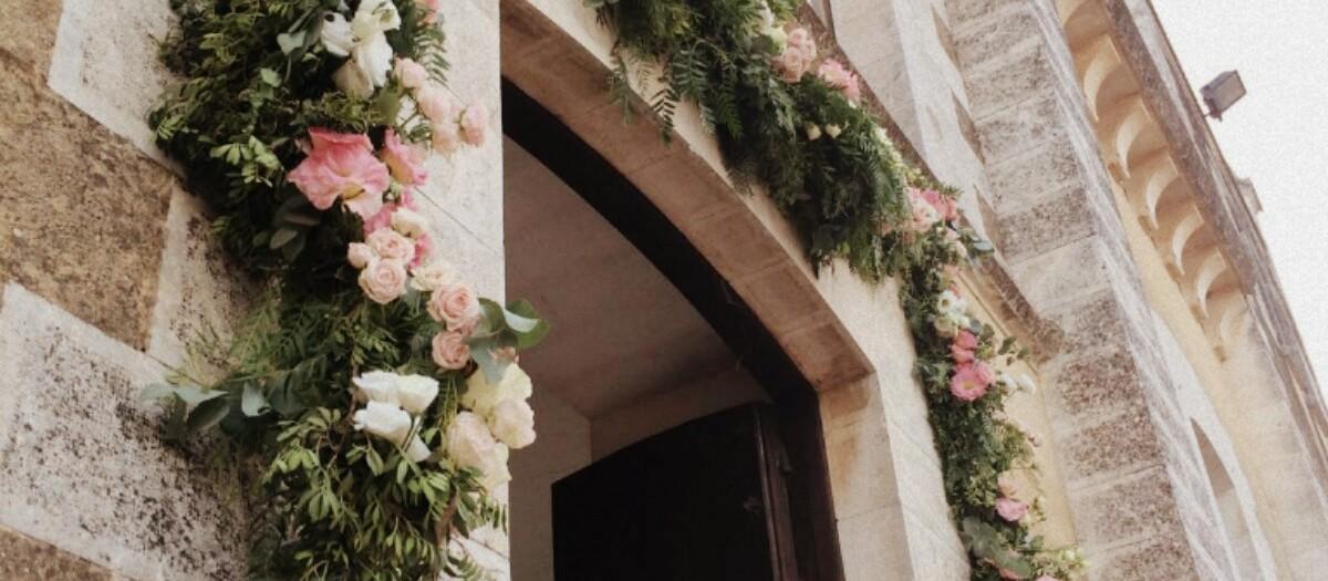 Puerta con guirnaldas decorativas