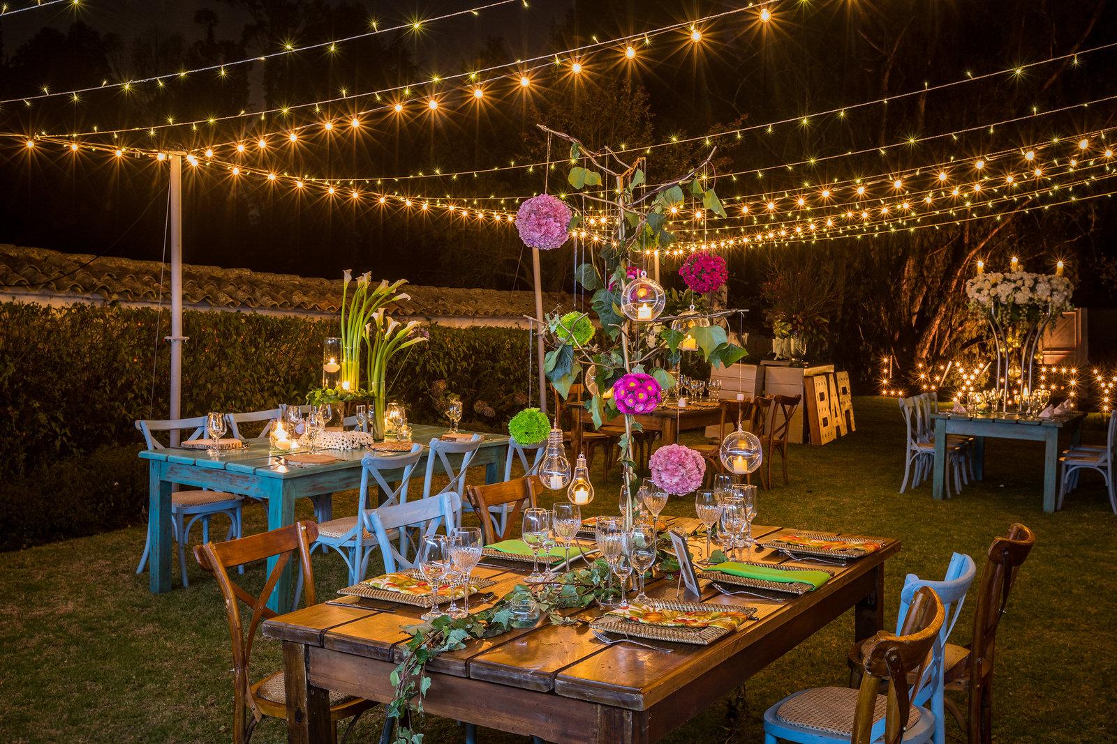 Banquete decorado con luces y flores.