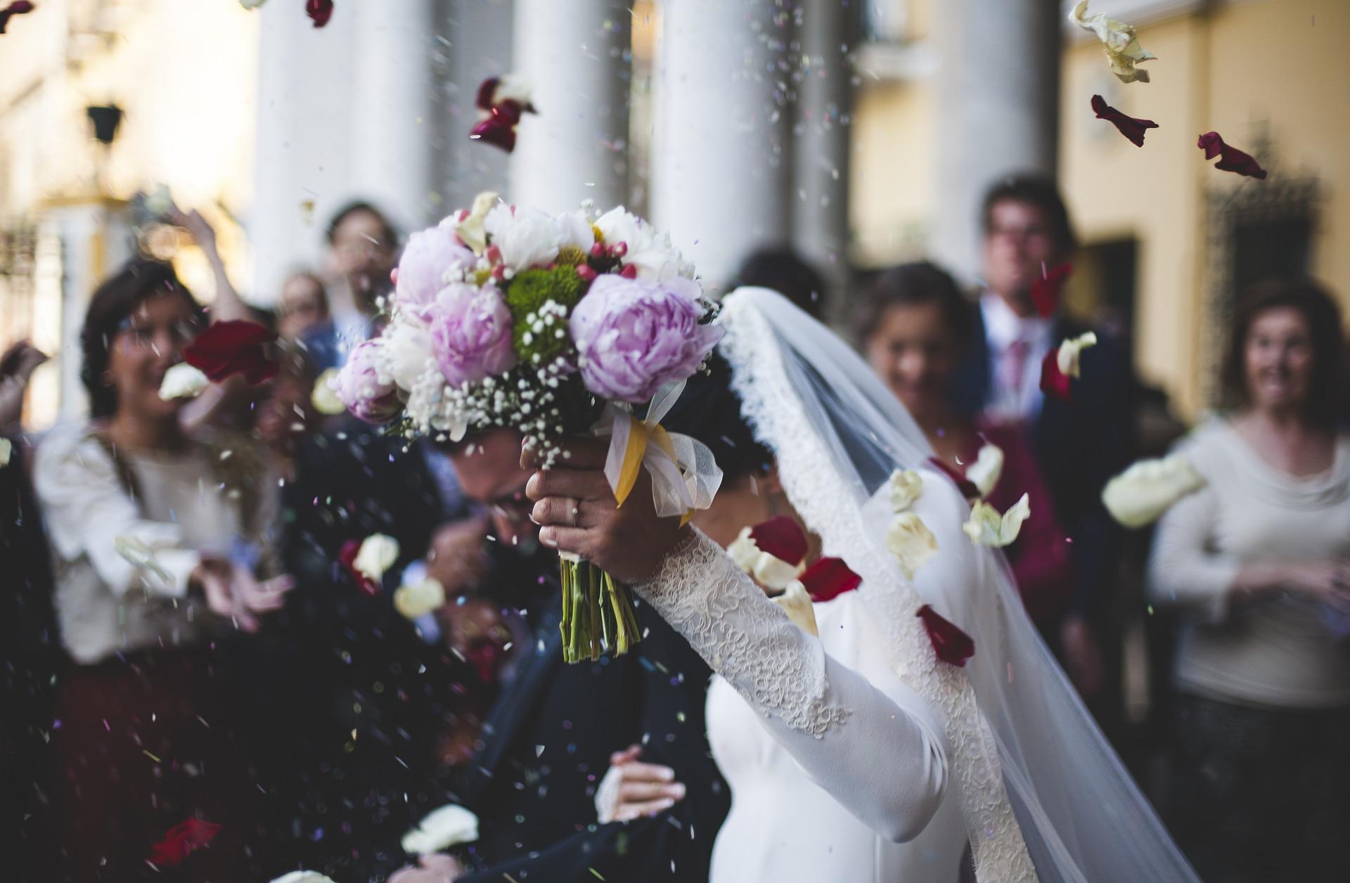 celebración de una boda. salida de los novios.